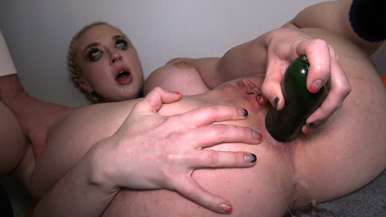 Leya: cums fucking her ass with courgette